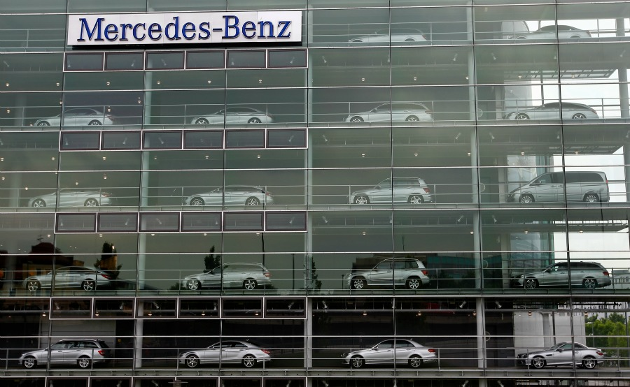 1f9606332d FRANKFURT (Reuters) -- Daimler may sell four company-owned Mercedes-Benz  dealerships in Germany to cut costs and help close a profitability gap with  rivals ...