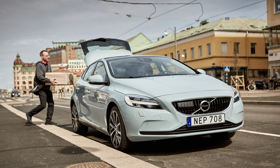 Volvo, Amazon debut U S  in-car delivery service