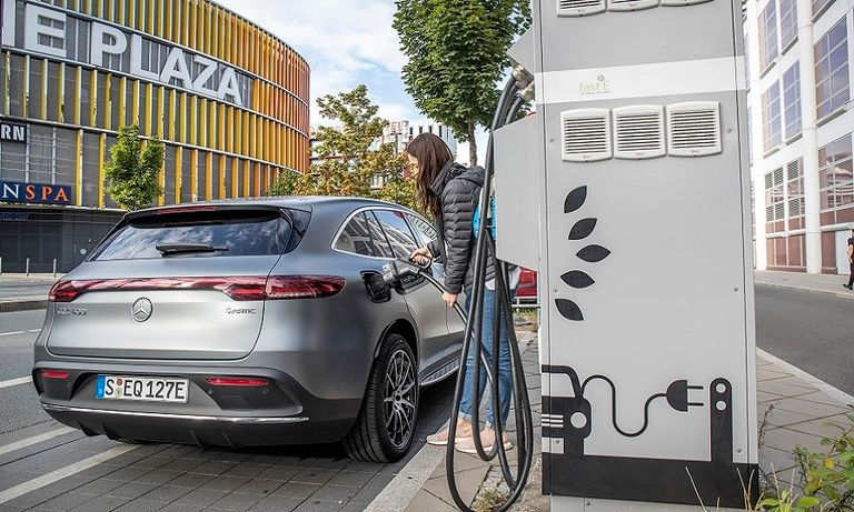 Daimler labor exec urges EU to promote EV charging