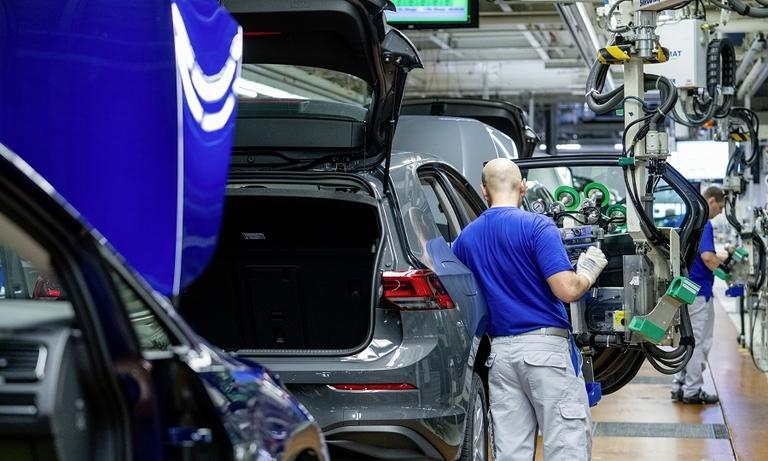 VW extends production halt in Germany
