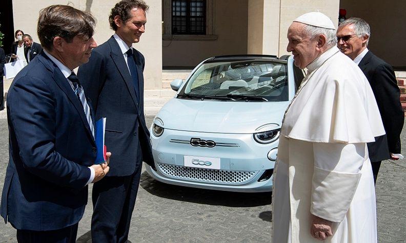 Stellantis exacs and pope.jpg