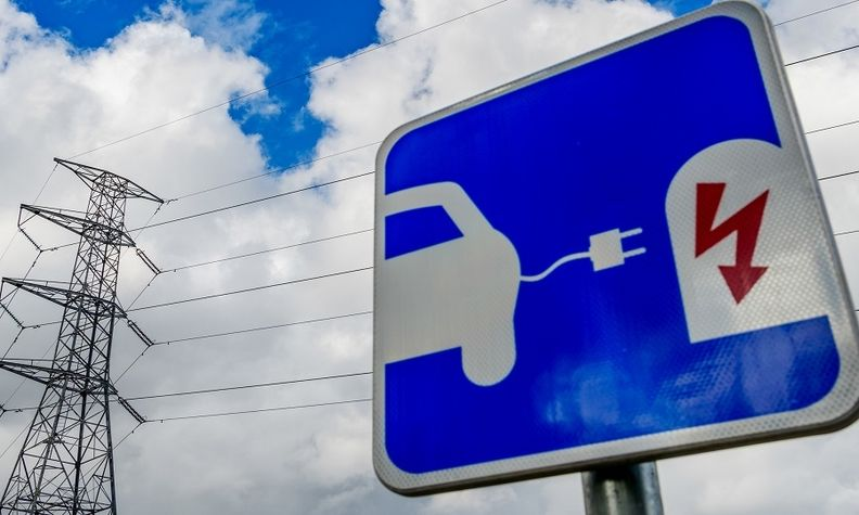 To help the massive roll-out of electric vehicles, a regulation on alternative fuels will require EU countries to ensure electric charging points are installed every 60 km on major highways.
